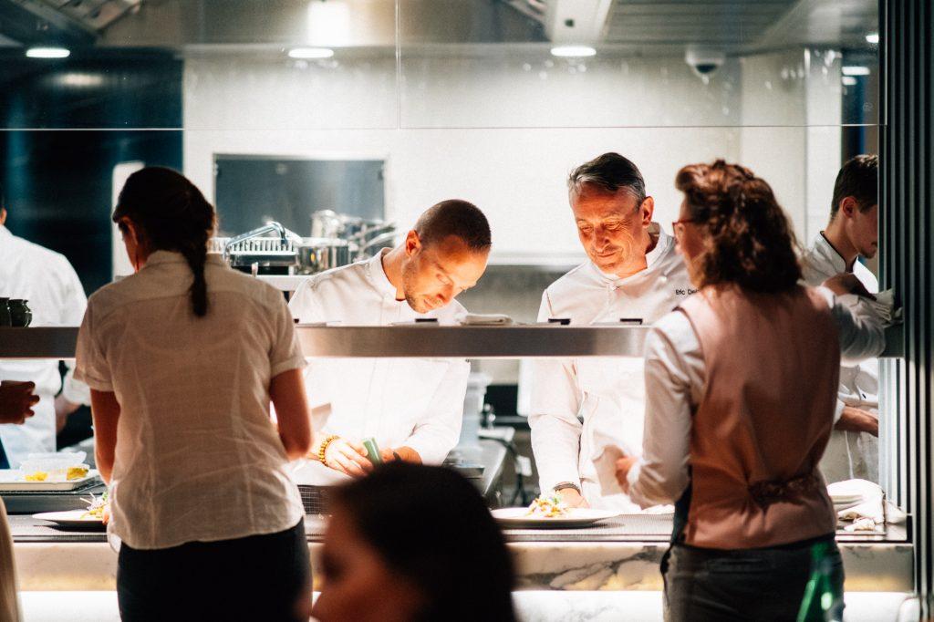 Clients en cuisine avec des chefs